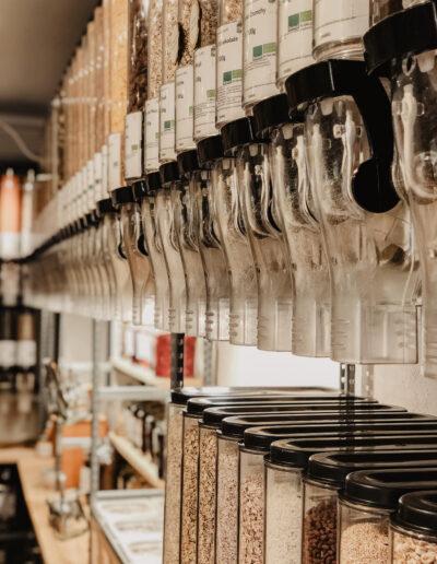 losgeloest-unverpackt-bioladen-innnenraum-food-spender